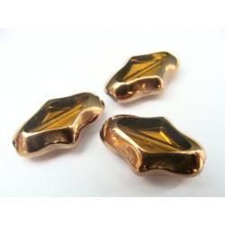 nepravidelný tvar, barva hnědá, obvod zdoben zlatým kovem