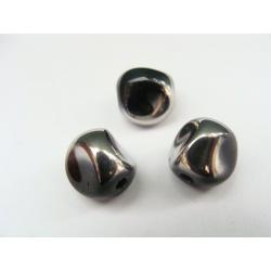 nepravidelný tvar, barva černá, zdoben stříbrným kovem
