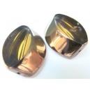 nepravidelný tvar, barva hnědá, zdoben zlatým kovem